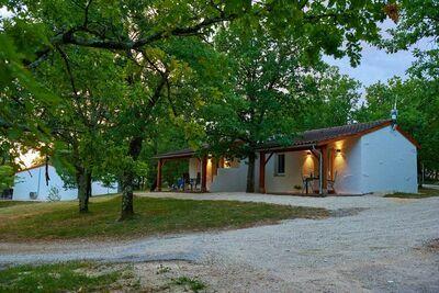 Joli bungalow avec terrasse sur une colline en Dordogne.