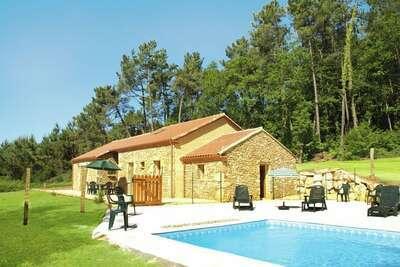 Maison de vacances pittoresque à Blanquefort-sur-Briolance avec piscine