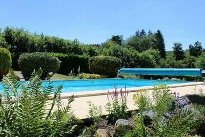 Maison de vacances cosy à Dun-les-Places avec piscine privée