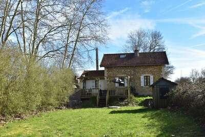 Maison de vacances confortable à Montaron avec jardin