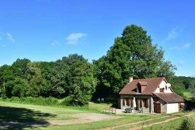 Jolie maison de vacances avec jardin à Isenay, proche forêt