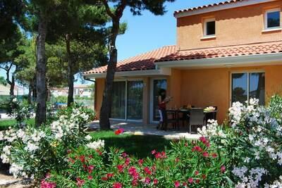 Maison de vacances colorée avec jardin style méditerranéen