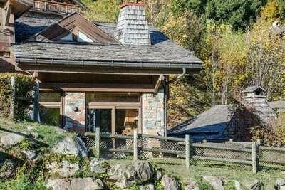 Chalet moderne avec terrasse dans les Alpes françaises