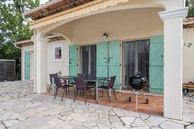 Belle Villa à Saint-Paul-en-Forêt avec piscine