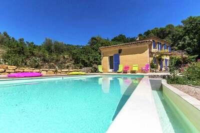 Villa originale avec piscine privée à Contignac