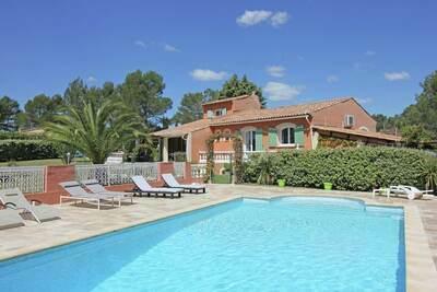 Villa spacieuse à Bagnols-en-Forêt avec piscine