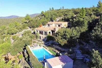 Vaste villa avec piscine à Tourtour