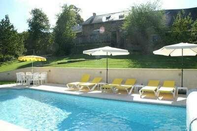 Spacieuse maison de vacances à Sussac, France avec piscine