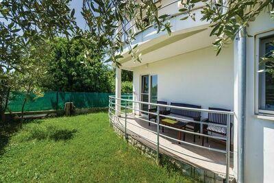 Maison de vacances spacieuse à Bibinje avec jardin