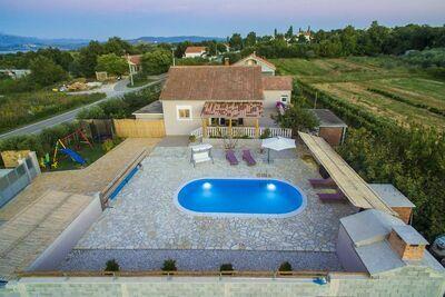 Belle maison de vacances à Islam Latinski avec piscine