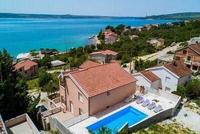 Maison de vacances spacieuse à Maslenica avec piscine privée chauffée et jardin