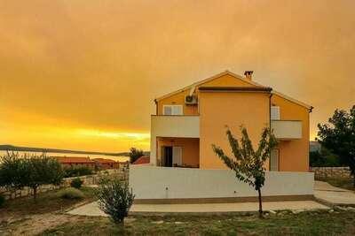 Charmante maison de vacances à Jasenice avec terrasse privée