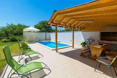 Maison de vacances confortable avec piscine à Grizane
