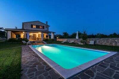 Villa spacieuse à Tinjan avec piscine