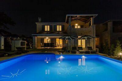 Villa moderne dans Deklici avec piscine