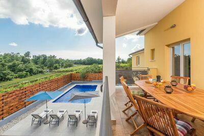 belle et moderne villa avec piscine privée dans un endroit calme près de Poreč