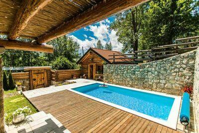 Chalet luxueux à Bruvno avec piscine