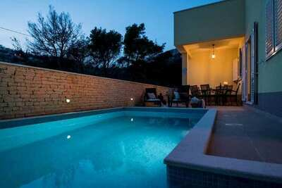 Villa spacieuse à Žrnovnica avec piscine