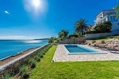 Villa moderne à Maslenica avec piscine