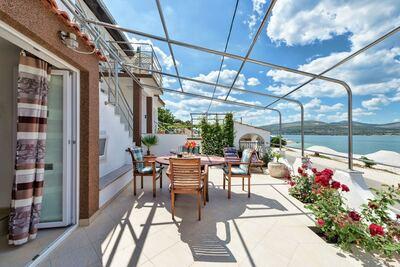 Luxueuse maison de vacances à Arbanija avec jacuzzi