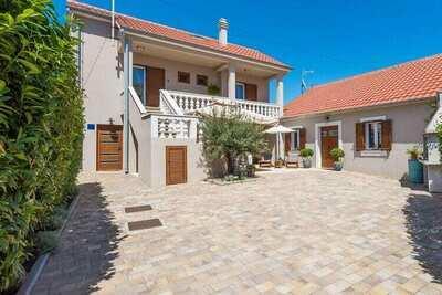 Maison de vacances spacieuse avec jardin à Privlaka