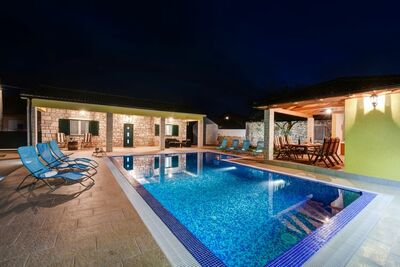 Magnifique Villa à Lovinac avec piscine
