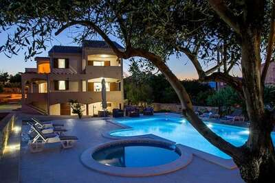 Spacieuse maison de vacances à Ražanac avec piscine