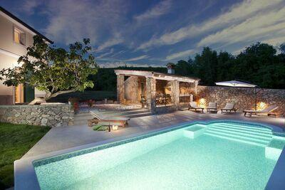 Belle villa clôturée à Koromacno avec Piscine