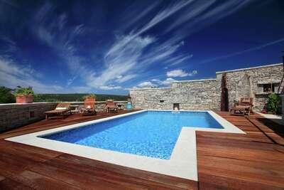 Authentique maison de vacances à Barban avec piscine