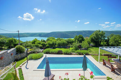 Charmante Villa à Rasa avec piscine