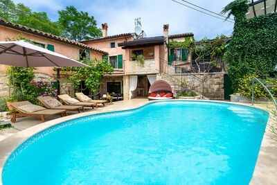 Villa confortable à Zminj avec piscine
