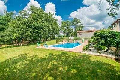 Villa spacieuse avec piscine à Tinjan