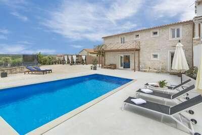 Charmante Villa à Selina avec piscine