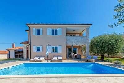 Villa moderne à Selina avec piscine