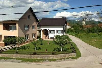 Maison de vacances spacieuse près du lac à Lovinac.