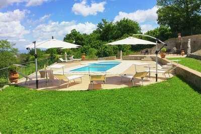 Villa avec piscine et jacuzzi dans une position panoramique près du lac