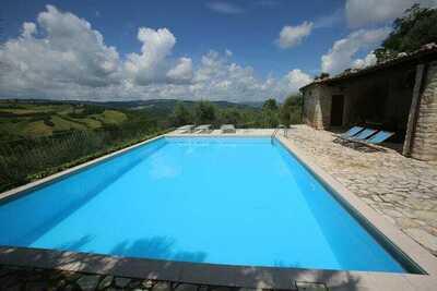 Maison avec piscine, jardin et wifi dans un village médiéval, avec vue panoramique.