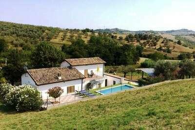 Casa Picciano, maison de campagne avec piscine privée dans les collines des Abruzzes
