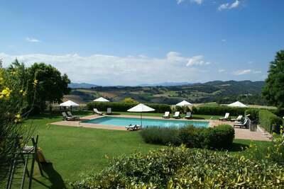 Appartement compact à Montone avec piscine et jardin