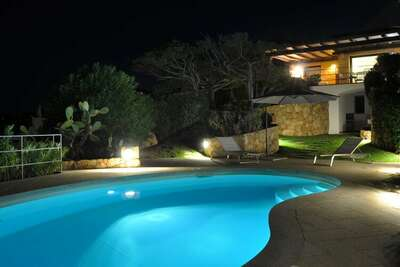 Villa avec piscine, surplombant les eaux cristallines de la Costa Smeralda