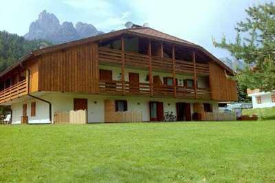 Jolie maison de vacances avec jardin près de Pozza di Fassa