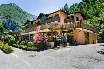 Maison de vacances moderne face lac Ledro, commerces et bar