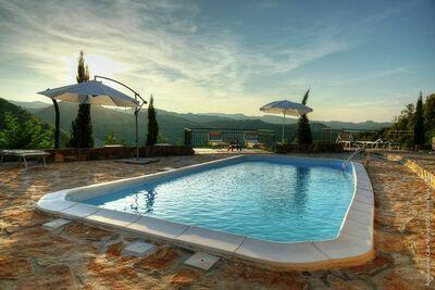 Vieille maison de vacances à Modigliana avec piscine