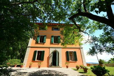 Maison de vacances moderne à Montefiridolfi avec piscine