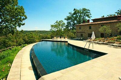 Ferme pittoresque à Poppi avec piscine