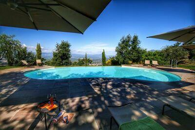 Ferme contemporain à Loro Ciuffenna avec piscine