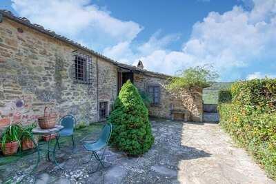 Un beau hameau Toscan traditionnel dans les collines.