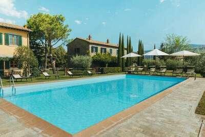 Une ferme paisible à Cortona avec piscine