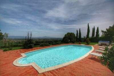 Villa spacieuse à Monte San Savino avec piscine