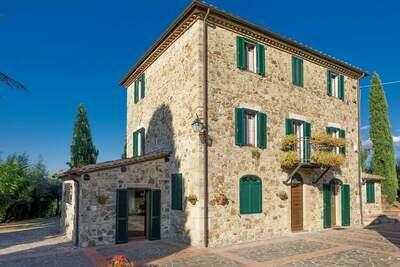 Spacieuse maison de vacances avec piscine privée à Paizze
